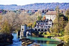 Abajo parte del pueblo medieval Sauveterre-de-Bearn y de la leyenda Bri Fotografía de archivo