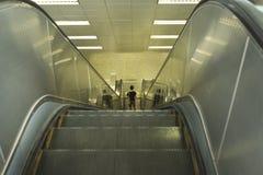 Abajo pasos de escalera móvil en subterráneo Tecnología del transporte Imagenes de archivo