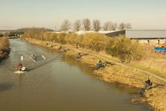 Abajo por el río, el domingo por la mañana. Foto de archivo
