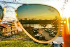 Abajo por el río, la puesta del sol está pasando cerca Imagen de archivo libre de regalías