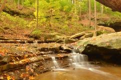 Abajo río de Hen Falls azul en otoño Imágenes de archivo libres de regalías