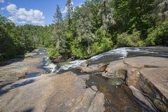 Abajo río en un bosque Foto de archivo