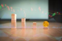 Abajo tendencia de la moneda del bitcoin, concepto financiero del negocio Imagenes de archivo