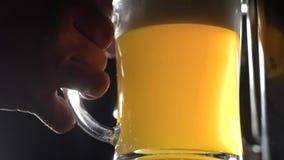 Abajo tirado de una colada del trabajador de la cervecería fresco-hecha a mano beed en un vidrio para probar la calidad almacen de video