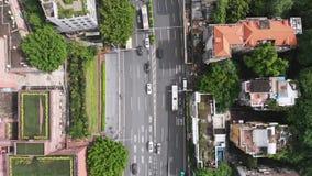 Abajo usted puede ver los coches rápidos y plantó maravillosamente jardines en los tejados almacen de metraje de vídeo