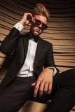 Abajo vista de una sentada rubia joven del hombre de negocios Imagen de archivo libre de regalías