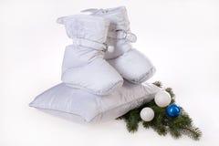 Abajo zapatos, almohadillas y árbol del Año Nuevo Imagenes de archivo