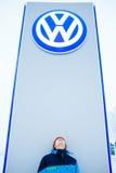 ABAKAN, RUSSLAND - 3. JANUAR 2016 Bemannen Sie Stellung an der Front des VW-Verkaufsstellezeichens Lizenzfreie Stockfotos