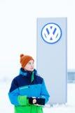 ABAKAN, RUSSLAND - 3. JANUAR 2016 Mann, der vor VW-Verkaufsstellezeichen steht Lizenzfreies Stockbild