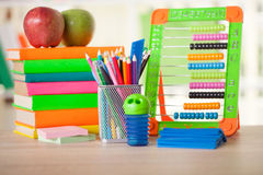 Abakus, Bücher und Bleistifte auf Tabelle, zurück zu Schule Stockfotografie