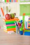 Abakus, Bücher und Bleistifte auf Tabelle, zurück zu Schule c Stockfotografie