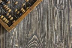 Abakus, der auf einem Holztisch liegt Lizenzfreie Stockfotografie