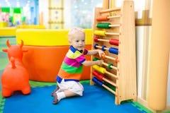 Abakus am Kindergarten Pädagogische Spielwaren für Kinder Stockbilder