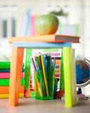 Abakus, Kugel, Bücher und Bleistifte auf Tabelle, zurück zu s Stockfoto