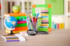 Abakus, Kugel, Bücher und Bleistifte auf Tabelle, zurück zu Schulkonzept Lizenzfreie Stockfotos