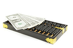 Abakus mit Dollar auf Isolatweiß Stockfoto