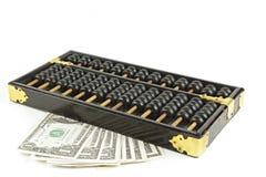 Abakus mit Dollar auf Isolatweiß Lizenzfreie Stockbilder