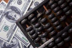 Abakus mit Geld Stockfotos
