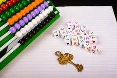 Abakus, Schlüssel und Buchstaben des Alphabetes Stockfotografie
