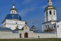 Abalak Mann geht nahe heiligem Znamensky-Tempel Stockbild