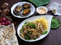 Abalone med sakkunniga skivade griskött, och örtsallad med ris knäcker Royaltyfria Bilder