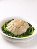 Abalone met spinazie Stock Afbeeldingen