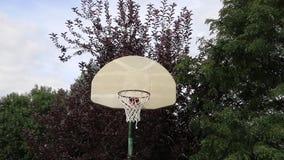 Abanada do basquetebol disparada em uma aro exterior 01 vídeos de arquivo