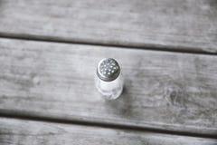 Abanador de sal na tabela de madeira foto de stock