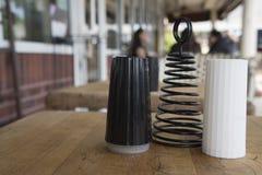 Abanadores preto e branco de sal e de pimenta fotos de stock
