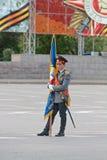 Abanderado solitario con la bandera en el ensayo general del desfile militar en el 67.o aniversario de la victoria en gran guerra Fotos de archivo libres de regalías