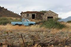 Abandobed-Haus mit altem Auto auf Lesvos, Griechenland stockfotografie