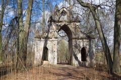 Abandonó las puertas góticas del señorío viejo Demidov Región de Leningrad Imagenes de archivo