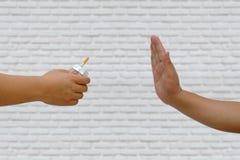 Abandon du concept de tabagisme La main refuse l'offre de cigarette Photographie stock libre de droits