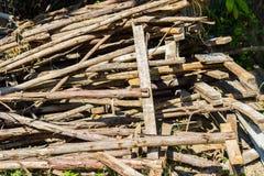 Abandon en bois de rebut de pile au sol Image stock