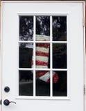 Abandonado a casa con la media de la Navidad en ventana de la puerta Fotos de archivo libres de regalías