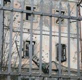 Abandonado a casa con las ventanas quebradas Imagen de archivo