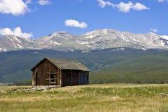 Abandonado a casa en la base del Mt. masiva Foto de archivo libre de regalías