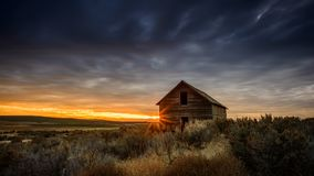 Abandonado a casa en la puesta del sol Fotografía de archivo libre de regalías