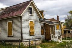 Abandonado a casa en mal estado con subido encima de Windows Imagen de archivo libre de regalías