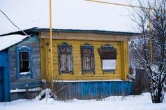 Abandonado a casa en mal estado con Windows barrado Fotografía de archivo