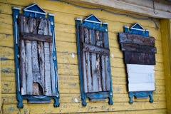 Abandonado a casa en mal estado con Windows barrado Foto de archivo