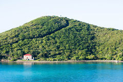 Abandonado a casa en orilla tropical Fotos de archivo