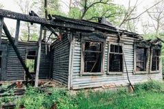 Abandonado después de casa de madera vieja del fuego Imagen de archivo