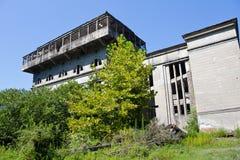 Abandonado, destruido por guerra y la central eléctrica overgrown de Tkvarcheli Foto de archivo libre de regalías