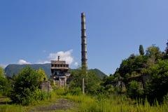 Abandonado, destruido por guerra y la central eléctrica overgrown de Tkvarcheli, Abjasia Imagen de archivo libre de regalías