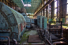 Abandonado, destruido por guerra y la maquinaria overgrown de la central eléctrica de Tkvarcheli Imagen de archivo libre de regalías