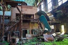 Abandonado, destruido por guerra y la maquinaria overgrown de la central eléctrica de Tkvarcheli Fotos de archivo libres de regalías