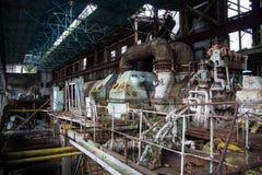 Abandonado, destruido por guerra y la maquinaria overgrown de la central eléctrica de Tkvarcheli Imagen de archivo