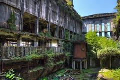 Abandonado, destruido por guerra y la maquinaria overgrown de la central eléctrica de Tkvarcheli Fotos de archivo