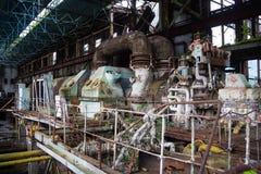 Abandonado, destruido por guerra y la maquinaria overgrown de la central eléctrica de Tkvarcheli Foto de archivo libre de regalías